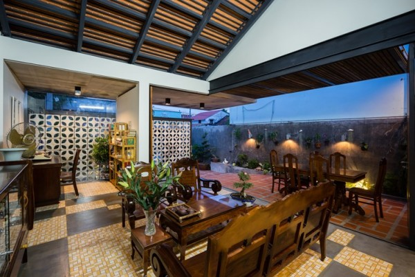 Không gian phòng khách sạch sẽ, khang trang với hầu hết các đồ nội thất được làm từ gỗ.