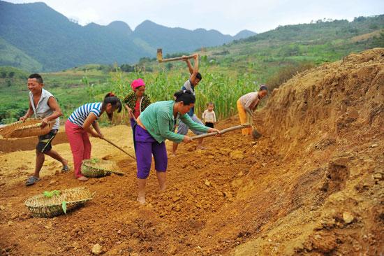 Để tạo nên những bức trình tường độc đáo, người Mông thường chọn loại đất có độ kết dính cao, loại bỏ sạch rễ cây, đá to, cỏ rác.