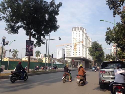 """Tại dự án khách sạn 5 sao Đông Đô và Ngân hàng Quốc tế, cẩu tháp còn """"vươn tay"""" dài ra phố để nhấc thiết bị đưa vào công trình."""