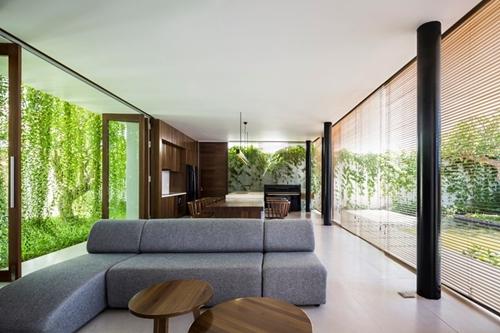 Phòng khách thoáng rộng với không gian mở nhìn ra hai bên.