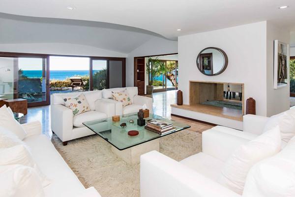 Phòng khách thoáng rộng với tầm nhìn hướng ra biển.