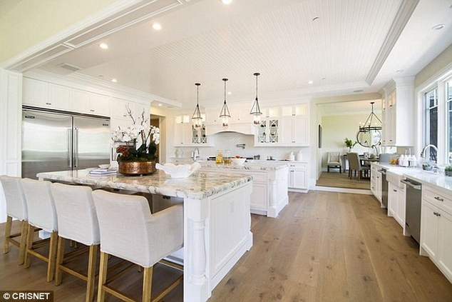 Nhà bếp tiện nghi và rộng lớn.