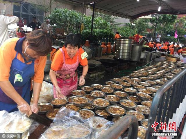 Bữa đại tiệc hoành tráng phải huy động tới 600 nhân viên nấu ăn và phải chuẩn bị cật lực từ 6h sáng.