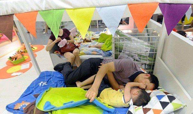 Gia đình thoải mái với giường êm nệm ấm. Ảnh: Weibo