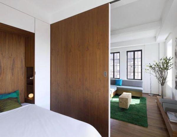 Một chiếc giường rộng, êm ái xuất hiện vô cùng ấn tượng cũng chỉ bằng một động tác nhỏ.