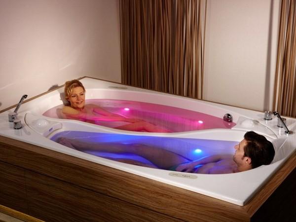Còn đây là bồn tắm uyên ương - một thiết kế bồn tắm rất lãng mạn, phù hợp cho các cặp vợ chồng hoặc các cặp tình nhân hâm nóng tình cảm.