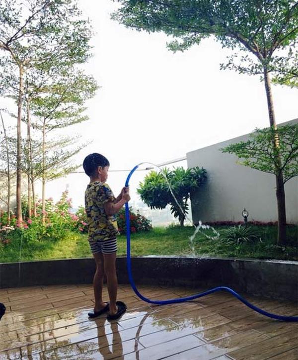 Subeo chăm chỉ giúp mẹ tưới cây.