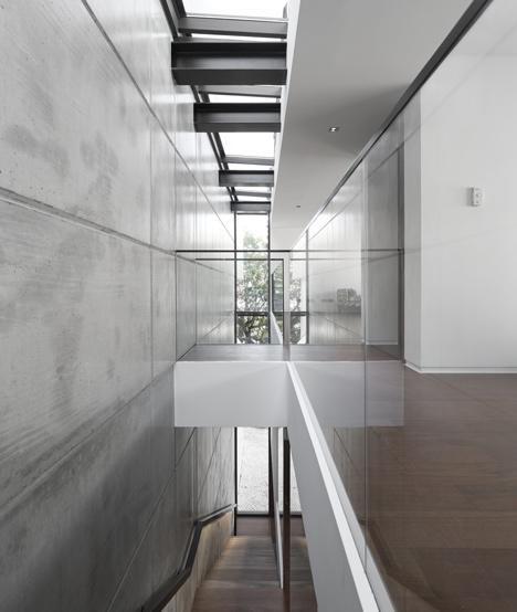 Tầng 1 của ngôi nhà được dùng là nơi để xe, nhà kho. Tầng 2, tầng 3 là nơi sinh hoạt và nghỉ ngơi của gia đình. Tầng trên cùng là không gian mở với hồ bơi, sân thượng đẹp.