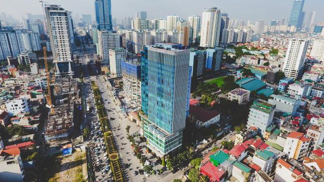 Cả 2 bên đường, những chung cư cao tầng mới tiếp tục mọc lên.