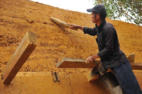 Tất cả các khâu để hoàn thiện một ngôi nhà trình tường đều được làm thủ công bằng tay mà không dùng bất cứ máy móc nào.