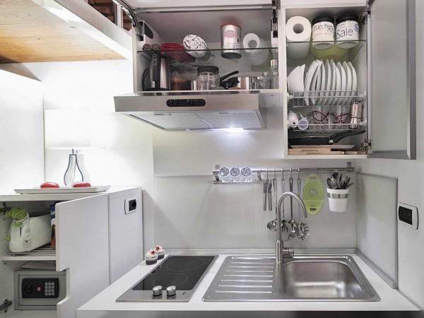 Khu vực bếp chỉ chưa đầy 1m2 nhưng vẫn hiện đại, sạch sẽ như bất cứ một căn bếp cao cấp nào khác.