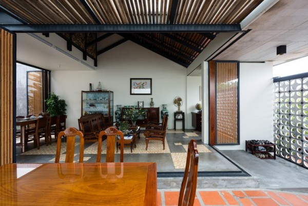 Bên trong ngôi nhà luôn nhận được ánh sáng và thông gió tự nhiên . Cách bố trí không gian đậm chất một ngôi nhà truyền thống của miền Tây Nam Bộ.