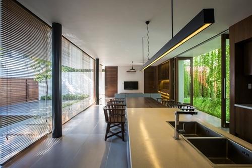 Việc bố trí không gian mở, nối tiếp nhau tạo cảm giác sáng sủa và rộng rãi cho ngôi nhà.