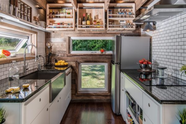 Mọi góc nhỏ trong không gian nấu ăn được tận dụng tối đa để làm hệ thống tủ kệ đựng gia vị và những đồ dùng trong bếp.