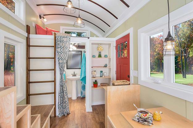 Phía đối diện là khu vực nhà tắn nhỏ nhắn được ngăn cách với không gian ngôi nhà bằng một tấm rèm vải. Ngay bên trên là một gác xép nhỏ làm không gian nghỉ ngơi của chủ nhà.