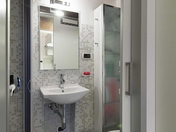Phòng tắm nhỏ nhưng sáng bóng với các đồ nội thất bằng sứ và inox, không kém phần tiện dụng và thẩm mỹ.