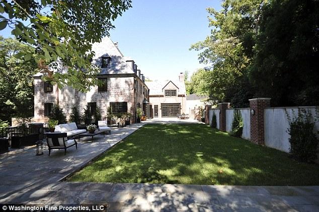 Biệt thự này nằm ở khu cao cấp Kalorama (ngoại ô Washington) có diện tích rộng hơn 700 m2, trị giá 4,3 triệu USD.