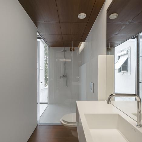 Khu vệ sinh thông thoáng được thiết kế vô cùng hiện đại và sang trọng.