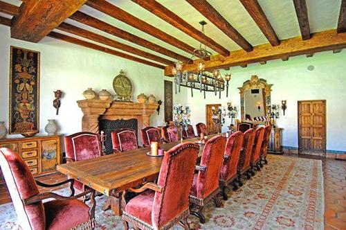 Góc phòng ăn thoáng rộng đủ chỗ cho rất nhiều người. Ông Hoàng Kiều vẫn giữ các chi tiết trong nhà nguyên bản kể từ khi mua lại ngôi biệt thự này.