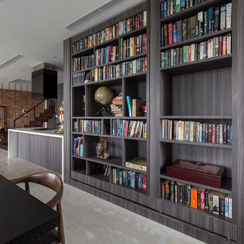 Đáng chú ý trong căn hộ này đó là có một phòng nghiên cứu vô hình được ngụy trang như một kệ sách trong phòng ăn.