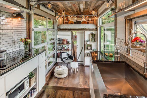 Nhà tuy nhỏ nhưng mọi thứ trong gian bếp quá đầy đủ lại vô cùng hiện đại và sang trọng.