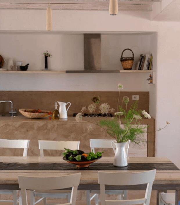 Khu vực bếp ăn rộng thoáng được thiết kế đơn giả với kệ mở.