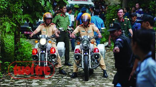 Xe cảnh sát giao thông dẫn đường đưa các anh từ núi Dinh về bệnh viện 175 - Ảnh: Thuận Thắng