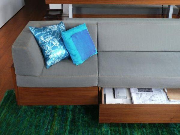 Những ngăn kéo dưới gầm ghế cũng được chủ nhà tận dụng một cách tối đa để tăng không gian lưu trữ cho ngôi nhà.