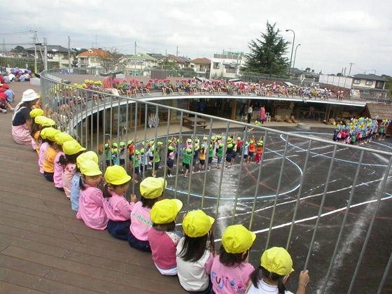 Khi có sự kiện, hội hè, các em thường tận dụng phần ban công tầng 2 làm khán đài theo dõi.