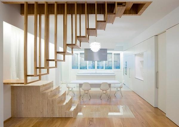 Chiếc cầu thang gỗ gọn gàng được treo rất nghệ thuật thích hợp cho những ngôi nhà ống.