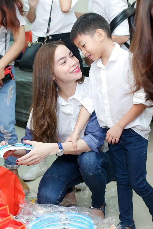 Hồ Ngọc Hà dẫn con trai Subeo đi làm từ thiện trong dịp trung thu vừa qua.