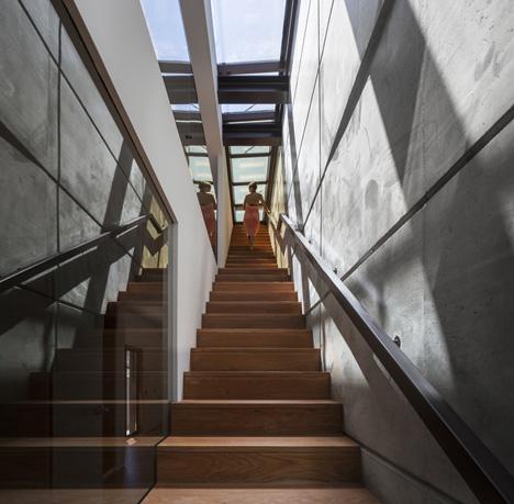 Cầu thang được thiết kế độc lập trải dài một bên hông của ngôi nhà giúp kết nối liền mạnh cả 3 tầng của và sân thượng.