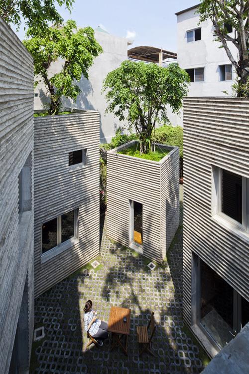 Khoảng đất trống giữa các khối nhà được tận dụng làm thành những khu vườn nhỏ làm nơi vui chơi giải trí của con người.