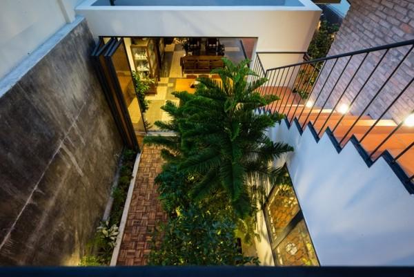Quanh nhà trồng rất nhiều cây xanh tạo không gian tươi mát cho ngôi nhà.