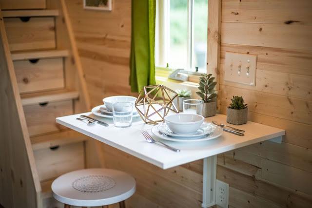 Nhà tuy nhỏ nhưng vẫn đủ chỗ cho một bàn ăn cho 2 người. Điểm thú vị của chiếc bàn ăn này là nó được gắn vào tường và khi không dùng có thể gấp lại một cách dễ dàng.