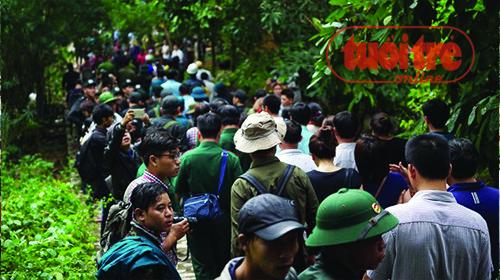 Rất đông người dân có mặt khi thi thể các anh được đưa xuống núi - Ảnh: Thuận Thắng