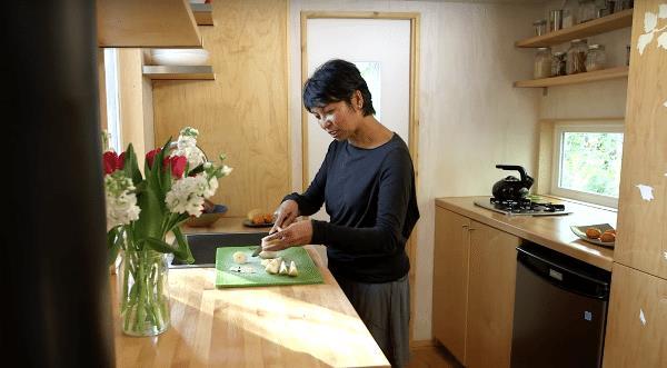 Góc nấu ăn tuy nhỏ nhắn nhưng vô cùng thoải mái và tiện nghi cho một người sống độc thân như chị.