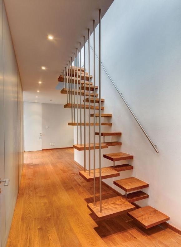 Một thiết kế cầu thang vô cùng bắt mắt và ấn tượng với mặt bậc gỗ nhỏ được treo bằng dây cáp.