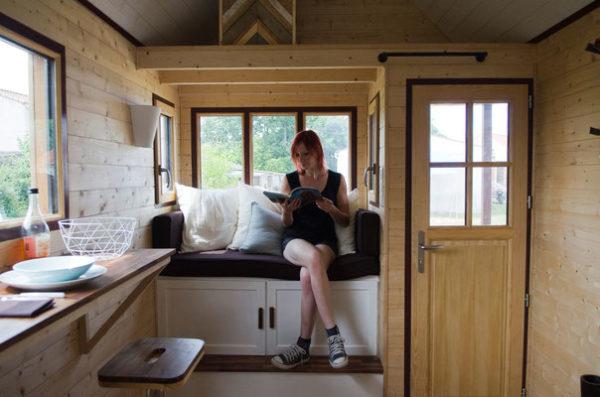 Ngôi nhà của Laetitia tuy nhỏ nhưng không thiếu bất kỳ không gian chức năng nào. Ngay lối vào nhà là phòng khách nhỏ thoáng sáng. Đây cũng là không gian thư giãn, đọc sách của chủ nhà.