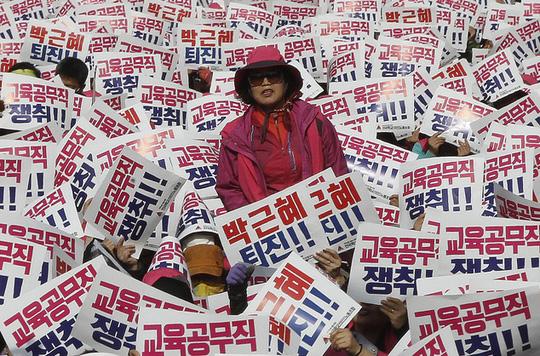 Dòng chữ có nội dung: Bà Park Geun-hye nên từ chức. Ảnh: AP