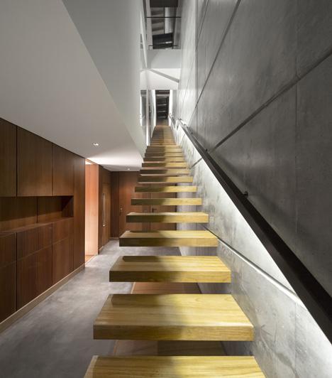 Nhờ chiếc cầu thang thiết kế độc đáo giúp ngôi nhà tận dụng được tối đa nguồn ánh sáng tự nhiên.