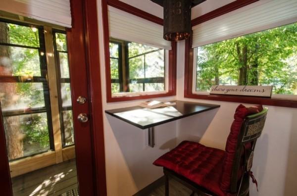 Chủ nhà còn dành riêng một góc làm việc thoáng sáng với view có thể nhìn ra mọi hướng vô cùng đẹp mắt.