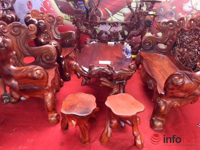 Bộ bàn ghế ngũ long này được chế tác từ những gốc cẩm lai, chào bán giá 175 triệu đồng.