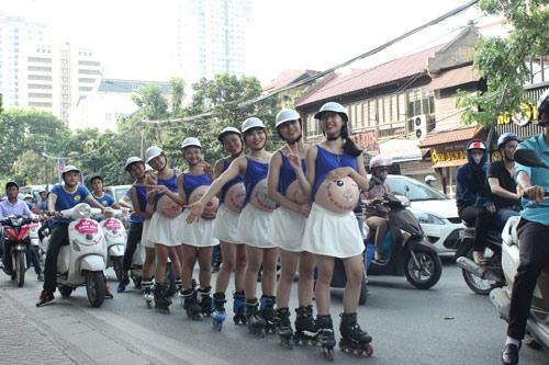 Kids Plaza cho người mẫu giả bụng bầu trượt patin trên phố.
