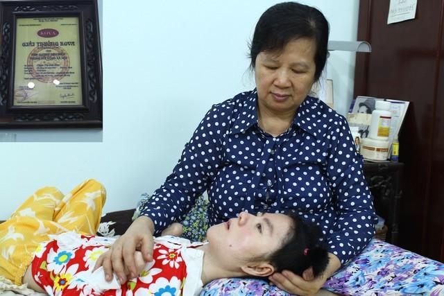 Bà Phạm Thị Đức Hòa với con gái Trần Thị Phương Thúy. Ảnh: P.B