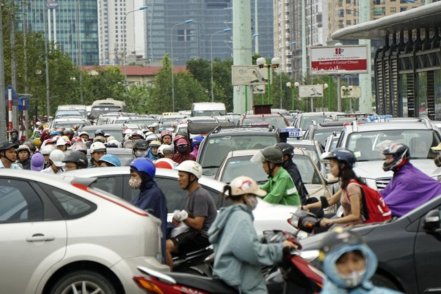 Sau những trận mưa lớn, con phố Tố Hữu đoạn cửa ngõ nối với Lê Văn Lương gần như thất thủ hoàn toàn. Nguồn ảnh: Dân trí