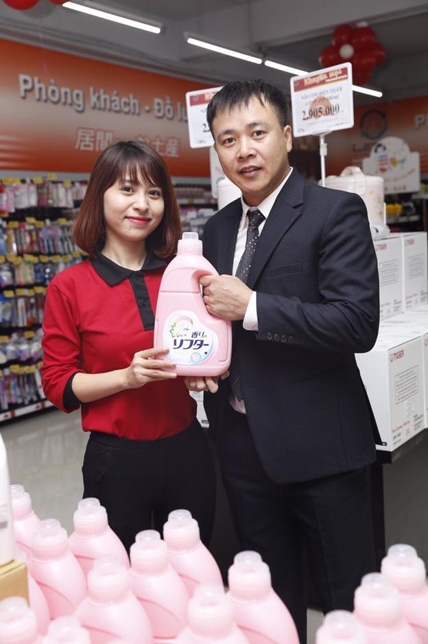 Khách hàng trong nước và nước ngoài đang chọn mua sản phẩm của Siêu thị