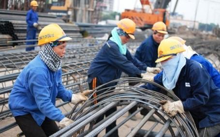 Lao động nữ trên công trường xây dựng công trình giao thông