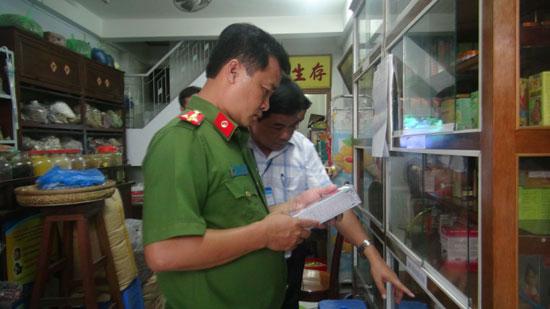 Kiểm tra một cơ sở kinh doanh thực phẩm chức năng tại tỉnh Vĩnh Long.