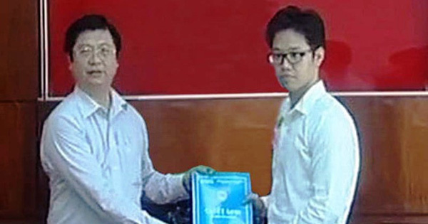 Vũ Minh Hoàng (trái) nhận quyết định bổ nhiệm của UBND TP.Cần Thơ.